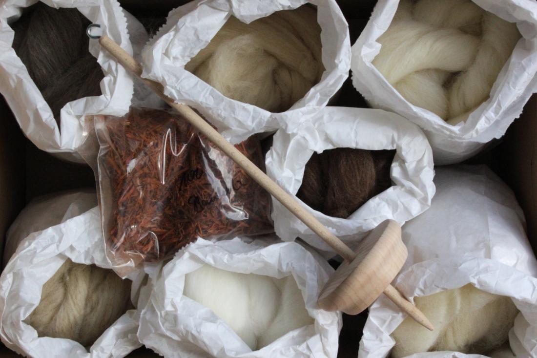 Wollfasern und Handspindel