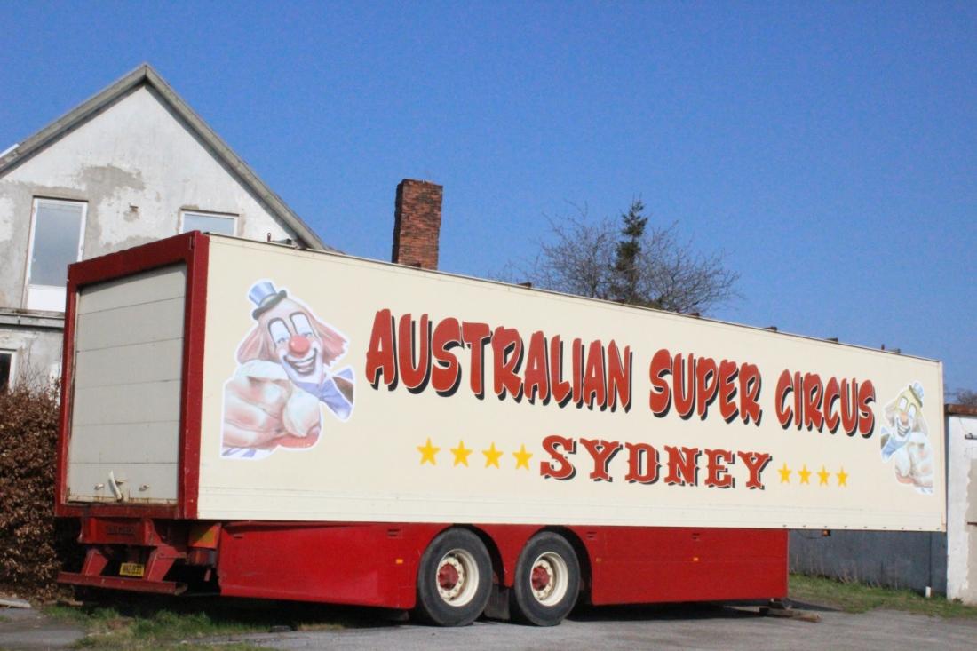 """Verlassener LKW-Anhänger, auf dem """"Australian Super Circus Sidney"""" steht."""