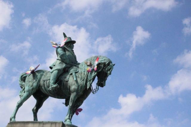 Statue eines Reiters auf einem Pferd in Malmö, dekoriert mit den Schmetterlingen vom Eurovision Song Contest.