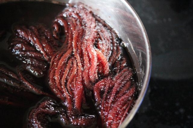 Wolle aus Spanien im Farbbad, sieht aus wie warmrote Fleischwürmer.