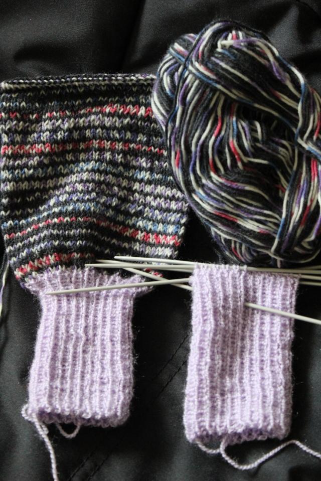 Beine einer Wollhose, still in progress. Hellila Fußteile, dunkellila Beinteile aus Sockenwolle.