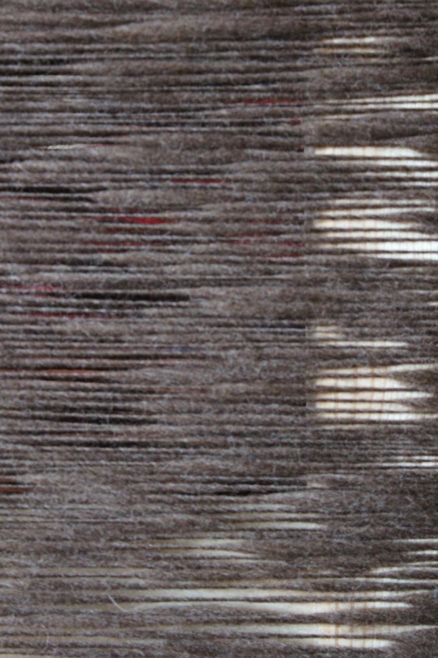 Um Stuhllehne gewickelte dunkelbraune Wolle