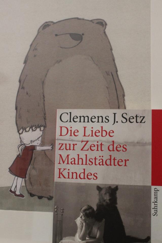 """Cover des Buches """"Die Liebe in Zeiten des Mahlstädter Kindes"""" von Clemens Setz. Auf dem Cover ein Schwarz-Weiß-Bild eines Bären, der eine Hand um eine nachdenkliche junge Frau legt. Im Hintergrund ein Bild von Martina Hoffmann, auf dem ein Bär seine Pranke auf den Kopf einen kleinen Mädchens legt, das sich an ihn schmiegt."""