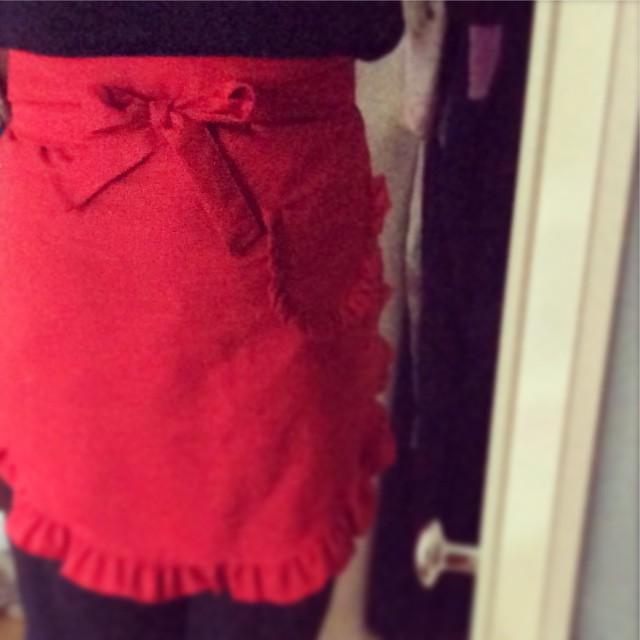 rote Schürze, mit Rüschen, Schleife und Tasche, um meine Hüfte gewickelt.
