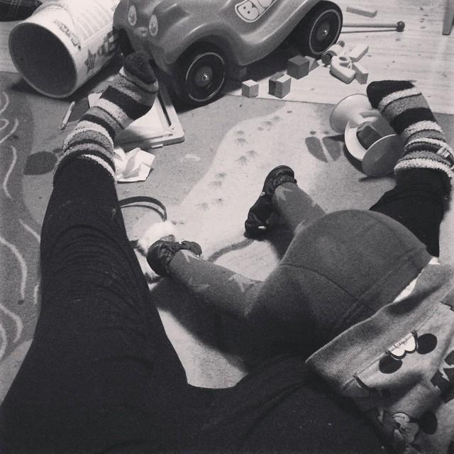Ein Kinderpopo in Strumpfhose, das Kind kletter über meine Oberschenkel. Ich sitze auf dem Boden, mit plüschigen Socken, zwischen Bauklötzen und Bobbycar.