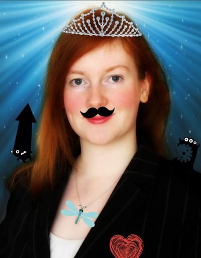 Bewerbungsfoto von mir in Anzug, mit Quatsch aufgemotzt. Ich trage einen Schnurrbart, eine Krone, kleine Monster sitzen auf meiner Schulter und im Hintergrund strahlt ein gleisendes Licht ins besternte Blau.