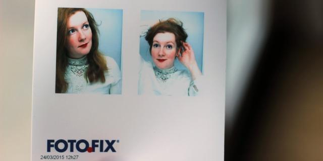 Ausschnitt aus einem Ausdruck vom Fotofix-Passbildautomaten, untere Reihe. Auf dem linken Bild fallen mir die Haare lang runter, ich gucke schräg nach oben, auf dem rechten bild halte ich sie mit beiden Händen zu einer Hochsteckfrisur hoch. AUf beiden Bildern trage ich eine weiße Spitzenbluse und ziemlich rote Lippen.